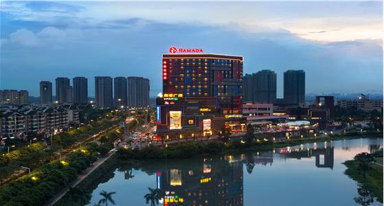 酒店地处佛山市南海区狮山镇的中心商务区核心地段,坐落于南海首个